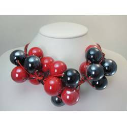 "Necklace in cotton with ""grapes"" of black and red ceramic"