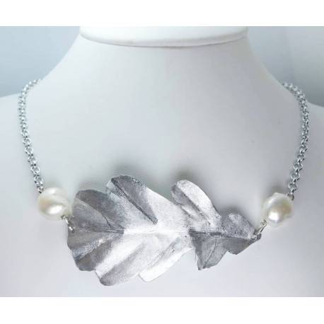 Necklace with aluminium oak leaf and keshi pearls